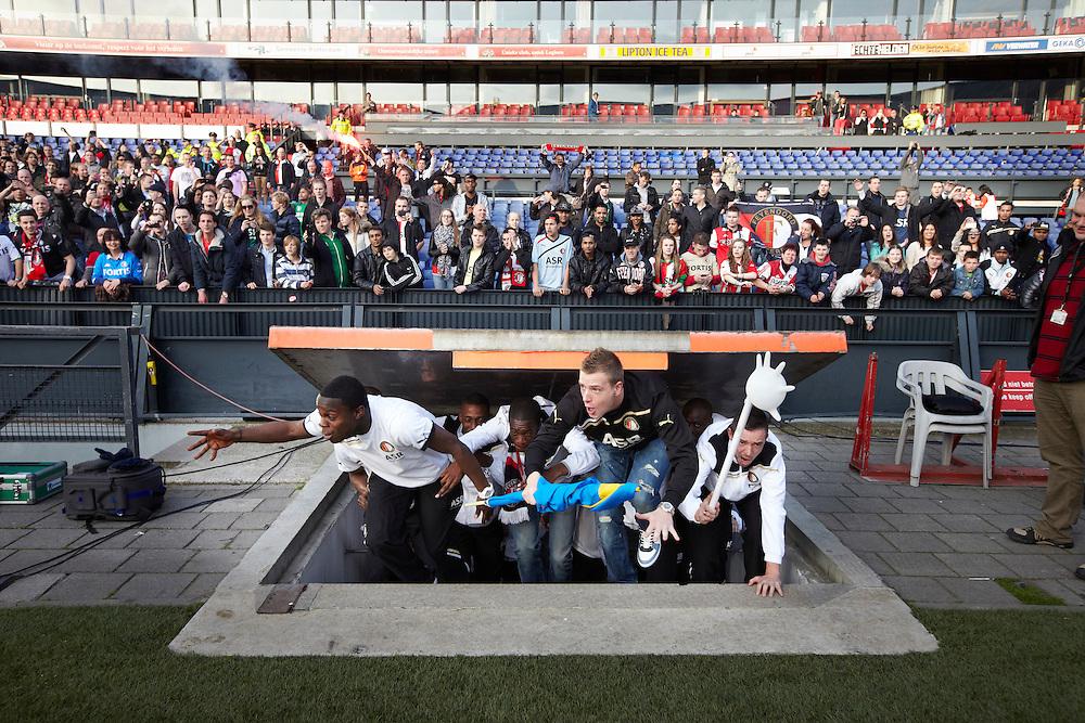 Nederland. Rotterdam, 6  mei 2012.<br /> Feyenoordsupporters vieren de overwinning op Heerenveen en het bereiken van de tweede plaats dat recht geeft op de  Champions League . Bij terugkeer in Rotterdam wordt de selectie gehuldigd in De Kuip, waar zo'n 30.000 mensen op de tribune zitten. voetbal, fan, fans, supporters, voetbalsupporters, Feyenoord, clubliefde.<br /> Foto : Martijn Beekman