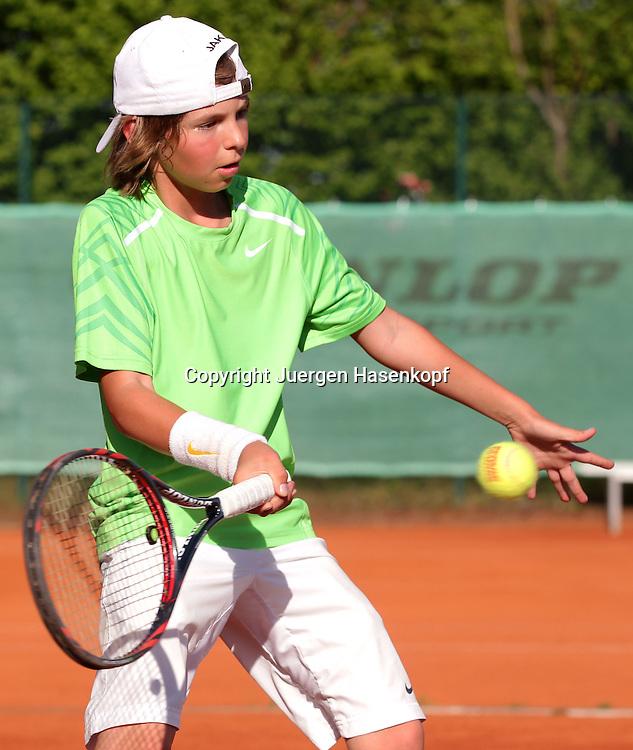 Juniorenspieler,Junge (8 Jahre) spieltTennis ,Tennis Club, Sandplatz, Muenchen,Einzelbild,Aktion,Halbkoerper,Hochformat,Vorhand,Volley,