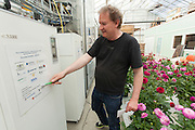 Helge Skarphagen fra Gether AS med styringssentralen for Mære I, det vil si energisystemet for tomatdrivhuset. Det ble såpass suksess at nå bygges anlegg for å energieffektivisere hele skoleanlegget med samme system for varmegjenvinning. Her er det også et oppslag med alle samarbeidspartnerne i prosjektet.