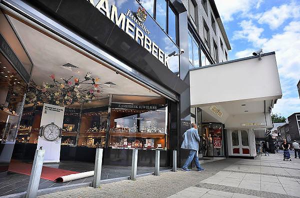 Nederland, Nijmegen, 8-7-2011De winkel van juwelier Kamerbeek met anti ramkraak paaltjes en cameras.De zaak is meerdere keren overvallen. De laatste keer heeft de eigenaar hierbij ernstige verwondingen opgelopen in een worsteling met een dader.Nu laat hij geen jonge allochtonen toe in zijn juwelierswinkel wat hem een aanklacht wegens discriminatie heeft opgeleverd.Foto: Flip Franssen/Hollandse Hoogte