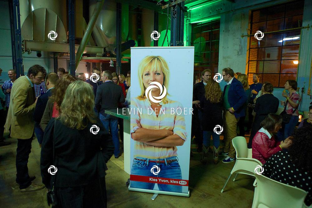 MAARSSEN - In de Fabrique hield de KRO de jaarlijkse afterparty voor 'Boer Zoekt Vrouw'. Met hier op de foto  het feestgebruis in De Fabrique. FOTO LEVIN DEN BOER - PERSFOTO.NU
