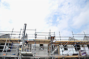 Nederland, Nijmegen, 1-5-2012Bouwvakkers zijn bezig met het bouwen van huizen in de nieuwe wijk Laauwik, onderdeel van de stadsuitbreiding de Waalsprong van Nijmegen in Lent. Een oudere bouwvakker aan het werk. Door de slechte economische situatie worden veel van de nieuwbouwplannen gewijzigd of uitgesteld.Foto: Flip Franssen/Hollandse Hoogte