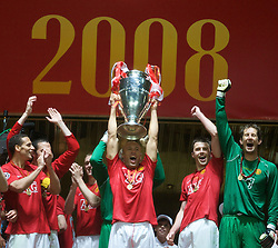MOSCOW, RUSSIA - Wednesday, May 21, 2008: Manchester United's Mikael Silvestre lifts the European Cup as the team celebrates after beating Chelsea on sudden death penalties during the UEFA Champions League Final at the Luzhniki Stadium. (Photo by David Rawcliffe/Propaganda)