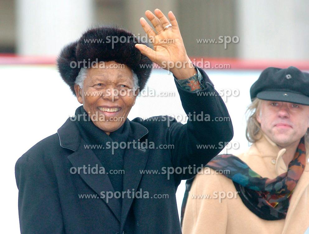 05.12.2013, Johannesburg, ZAF, Nelson Mandela, der Gigant des Humanismus ist im Alter von 95 Jahren in seinem Haus an den Folgen einer Lungenentzuendung gestorben, im Bild File photo taken on Feb 3, 2005, shows former South African President Nelson Mandela waves to audience of his speech on Trafagar Square, London, Britain // Nelson Mandela a giant of humanism died in his house in Johannesburg, South Africa on 2013/12/05. EXPA Pictures © 2013, PhotoCredit: EXPA/ Photoshot/ Cheng Min<br /> <br /> *****ATTENTION - for AUT, SLO, CRO, SRB, BIH, MAZ only*****