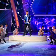 NLD/Hilversum/20130119 - 4e Liveshow Sterren Dansen op het IJs 2013, Gerard Joling met de schaatsers van Holiday on Ice