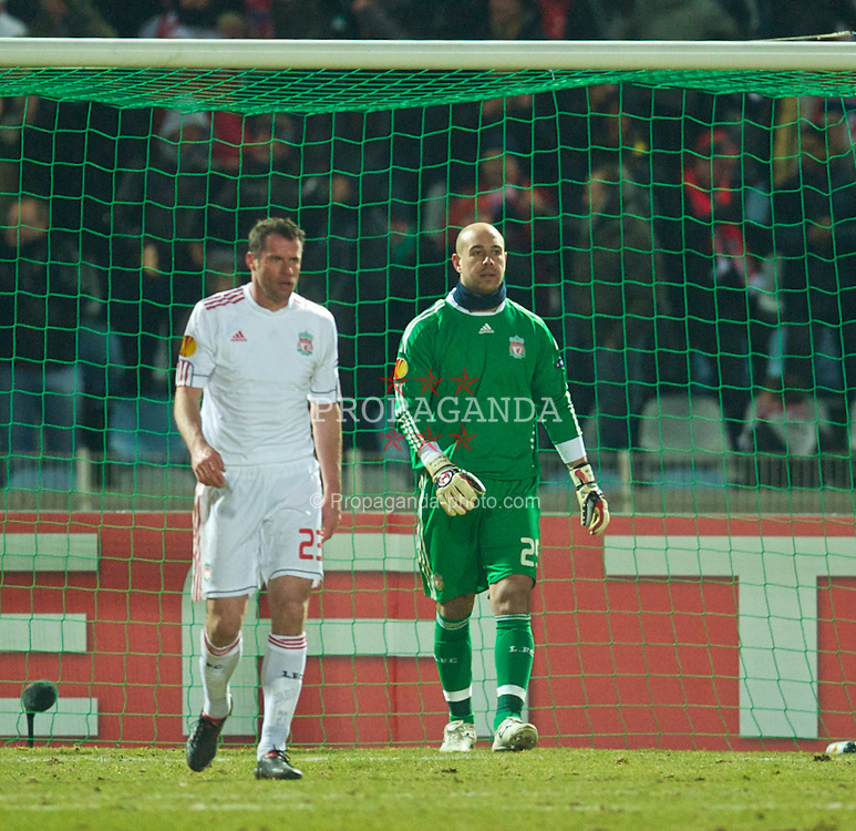LILLE, FRANCE - Thursday, March 11, 2010: Liverpool's Jamie Carragher and goalkeeper Pepe Reina look dejected as LOSC Lille Metropole score a late goal during the UEFA Europa League Round of 16 1st Leg match at the Stadium Lille-Metropole. (Photo by David Rawcliffe/Propaganda)