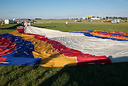 The balloon envelope is spread out. <br /> La toile du ballon est &eacute;tal&eacute;e.
