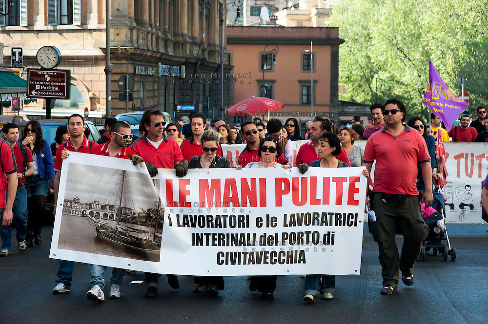 Roms 9 Aprile 2011.Manifestazione dei lavoratori precari per chiedere 'Diritti, welfare, maternità, pensione per tutti'..I lavoratori interinali del Porto di Civitavecchia