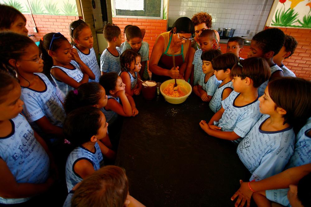 Timoteo_MG, Brasil...A Escola Estadual Capitao Egidio Lima conseguiu refazer seu curriculo, sem ajuda da rede. O grande forte la e a valorizacao da cultura afro-brasileira. Na foto, oficina de culinaria...The State School Capitao Egidio Lima. The school values the african-Brazilian culture. In this photo, the culinary workshop...Foto: LEO DRUMOND / NITRO.