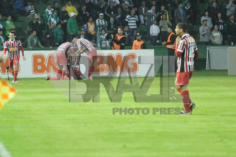 CURITIBA, PR, 27 DE JULHO 2011 &ndash; CORITIBA X S&Atilde;O PAULO &ndash; Jogadores do S&atilde;o Paulo comemoram o gol de Carlinhos Para&iacute;ba contra o Coritiba, em partida v&aacute;lida pela 12&ordf; rodada do Campeonato Brasileiro. O jogo aconteceu na noite de quarta-feira (27), no Est&aacute;dio Couto Pereira.<br /> (FOTO: ROBERTO DZIURA JR./ NEWS FREE)