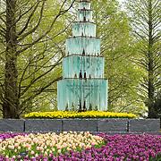 NLD/Lisse/20190417 - Minister Rutte doopt tulp inde Keukenhof, glazen toren met tulpen in de Keukenhof