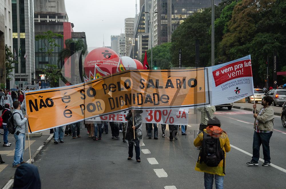 SÃO PAULO, SP, 24 DE SETEMBRO DE 2013 - GREVE BANCARIOS - Bancários em passeata na Avenida Paulista, na tarde desta terça feira, 24. A categoria está em greve por melhores salários. FOTO: ALEXANDRE MOREIRA / BRAZIL PHOTO PRESS
