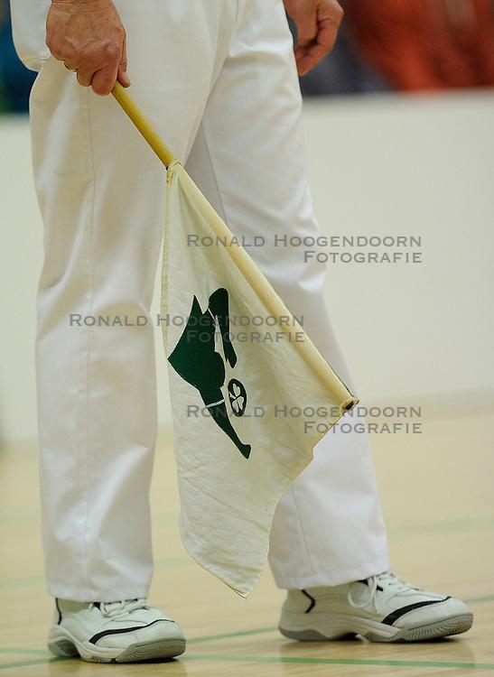 27-10-2012 VOLLEYBAL: VV ALTERNO - SLIEDRECHT SPORT: APELDOORN<br /> Sliedrecht Sport wint met 3-1 van Alterno / Lijnrechter, item volleybal vlag fluiten creative <br /> &copy;2012-FotoHoogendoorn.nl