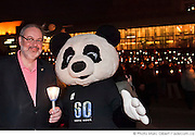 """M. Pierre Arcand, ministre du Développement durable, de lEnvironnement et des Parcs aux côtés dela mascotte de WWF, lors du rassemblement """"Une heure pour la Terre!"""", 5e anniversaire. Eteignez vos lumières pour affirmer votre appui à la lutte contre le réchauffement climatique. WWF-Canada /  Esplanade de la place des Arts / Montreal / Canada / 2012-03-31, © Photo Marc Gibert / adecom.ca"""