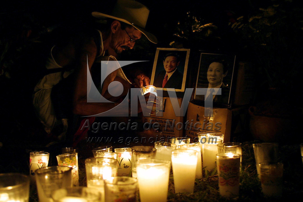 Cancun, M&eacute;x.- Activistas globalifobicos de Korea prenden velas en memoria de su compa&ntilde;ero Lee Kyung Hae que se suicido el dia de ayer durante las protestas en contra de la cumbre de la Organizacion Mundial de Comercio OMC. Agencia MVT / Mario Vazquez de la Torre. (DIGITAL)<br /> <br /> NO ARCHIVAR - NO ARCHIVE