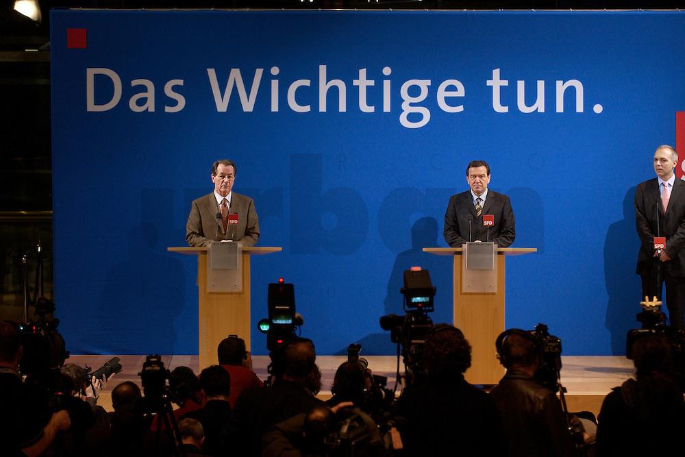 07 FEB 2004, BERLIN/GERMANY:<br /> Franz Muentefering (L), SPD Fraktionsvorsitzender, und Gerhard Schroeder (R), SPD, Bundeskanzler, waehrend einer Pressekonferenz zu den Ergebnissen der Sondesitzung des SPD Praesidiums und Parteivorstandes nach der Bekanntgabe des Ruecktritts des Parteivorsitzenden, Willy-Brandt-Haus<br /> IMAGE: 20040207-01-029<br /> KEYWORDS: R&uuml;cktritt, Gerhard Schr&ouml;der, Franz M&uuml;ntefering