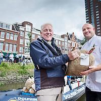 """Nederland, Rotterdam, 28 juni 2016.<br /> <br /> De Stichting Zeker Zeeuwse Streekproduct viert de nieuwe oogst van de echte Zeeuwse bodemcultuurmosselen op dinsdag 28 juni met de overhandiging van de eerste baal aan visrestaurant Kaat Mossel in Rotterdam met het 'Zeker Zeeuws Streekproduct'-certificaat.<br /> <br /> The Foundation Certainly Zeeland Regional product celebrates the new crop of real Zeeland soil culture mussels on Tuesday, June 28th with the presentation of the first bale seafood restaurant Kaat Mossel Rotterdam with the """"Sure Zeeland Streekproduct' certificate.<br /> <br /> Op de foto: v.l.n.r. Marcel van Breda, directeur Schmidt Zeevis en chef-kok Ron Hirt van restaurant Kaat Mossel die de eerste baal Zeker Zeeuwse bodemcultuurmosselen in ontvangst neemt.<br /> <br /> Kickoff Zeeland mussel season at restaurant Kaat Mossel Rotterdam.<br /> <br /> Foto: Jean-Pierre Jans"""