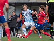 Anders Holst (FC Helsingør) presses af Sebastian Stenberg Ellefsen (Slagelse) under kampen i 2. Division mellem Slagelse B&I og FC Helsingør den 6. oktober 2019 på Slagelse Stadion (Foto: Claus Birch).
