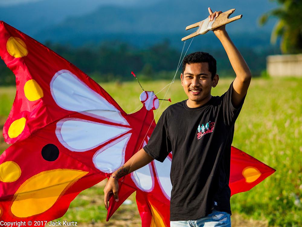 28 JULY 2017 - JEMBRANA, BALI, INDONESIA: People fly kites in a rice field in Jembrana, on the southwest coast of Bali.       PHOTO BY JACK KURTZ