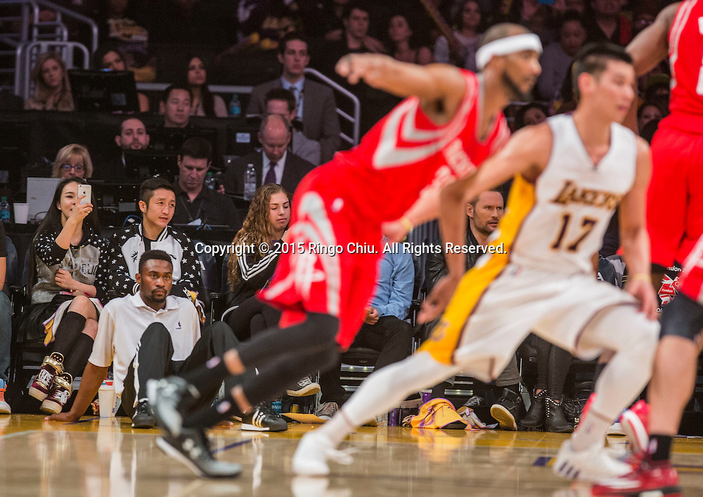 1月25日,拳擊手雛市明在洛杉磯湖人在比休斯頓火箭比賽。當日,在2014-2015賽季NBA常規賽中,洛杉磯湖人隊主場以87比99不敵休斯頓火箭。(新華社發 趙漢榮攝)<br /> Chinese boxer Zou shiming watches the NBA game between Los Angeles Lakers and Houston Rockets at Staples Center in Los Angeles, California on January 25, 2015 . Rockets defeated Lakers 99-87. (Xinhua/Zhao Hanrong)<br /> Photo by Ringo Chiu/PHOTOFORMULA.com)