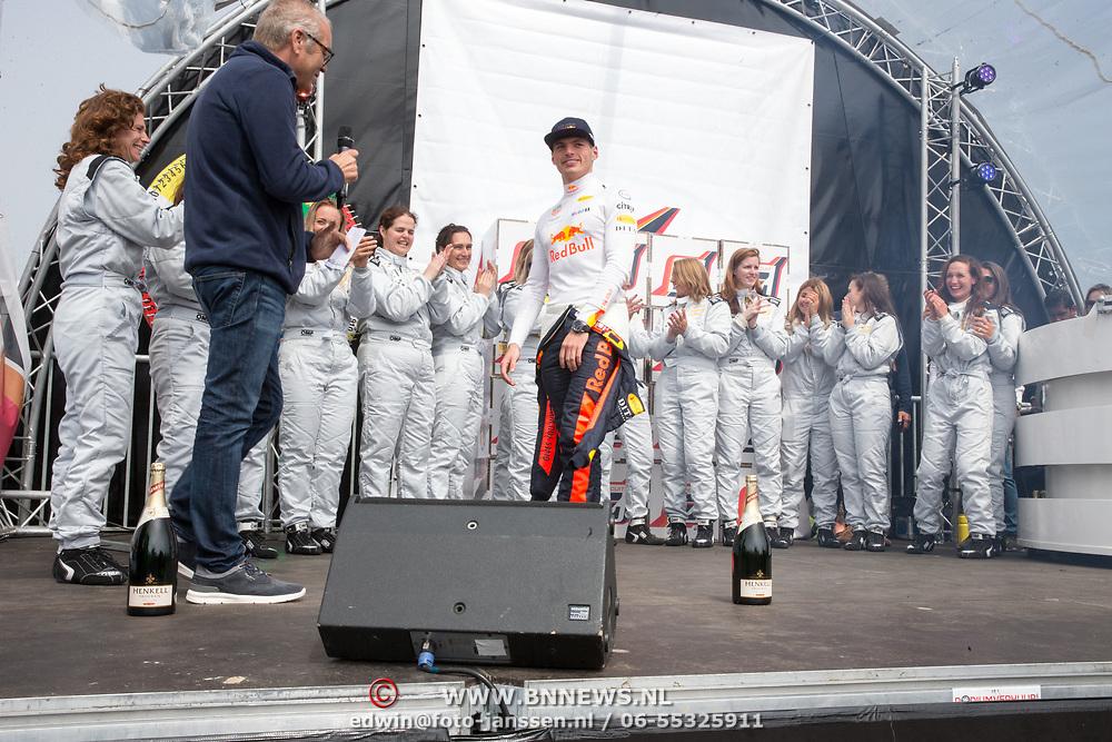 NLD/Zandvoort/20180520 - Jumbo Race dagen 2018, Max Verstappen rijkt de prijs in de Ladies GT race uit