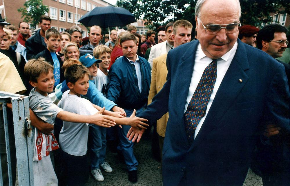 &copy;  christian  JUNGEBLODT.<br /> POLITIK: CDU Wahlkampfveranstaltung zur Landtags-<br /> wahl 1994 in Brandenburg<br /> Hier: Bundeskanzler Helmut Kohl beim Bad in der<br /> Menge...<br /> Schwedt 24.08.1994