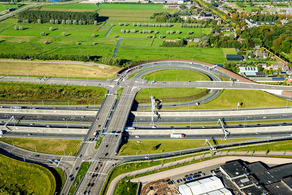 Nederland, Utrecht, Leidsche Rijn, 30-09-2015; verkeersplein Hooggelegen, afslag Rijksweg 2 (A2) bij Leidse Rijn. Geluidsscherm in de vorm van geluidsmuur.<br /> Hooggelegen junction near Utrecht, exit Highway 2 (A2) in Leidsche Rijn.<br /> <br /> luchtfoto (toeslag op standard tarieven);<br /> aerial photo (additional fee required);<br /> copyright foto/photo Siebe Swart