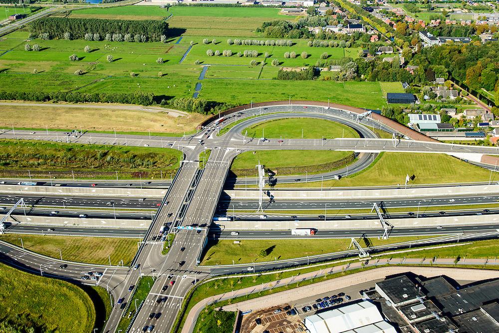 Nederland, Utrecht, Leidsche Rijn, 30-09-2015; verkeersplein Hooggelegen, afslag Rijksweg 2 (A2) bij Leidse Rijn. Geluidsscherm in de vorm van geluidsmuur.<br /> Hooggelegen junction near Utrecht, exit Highway 2 (A2) in Leidsche Rijn.<br /> <br /> luchtfoto (toeslag op standard tarieven);<br /> aerial photo (additional fee required);<br /> copyright foto/photo Siebe Swart