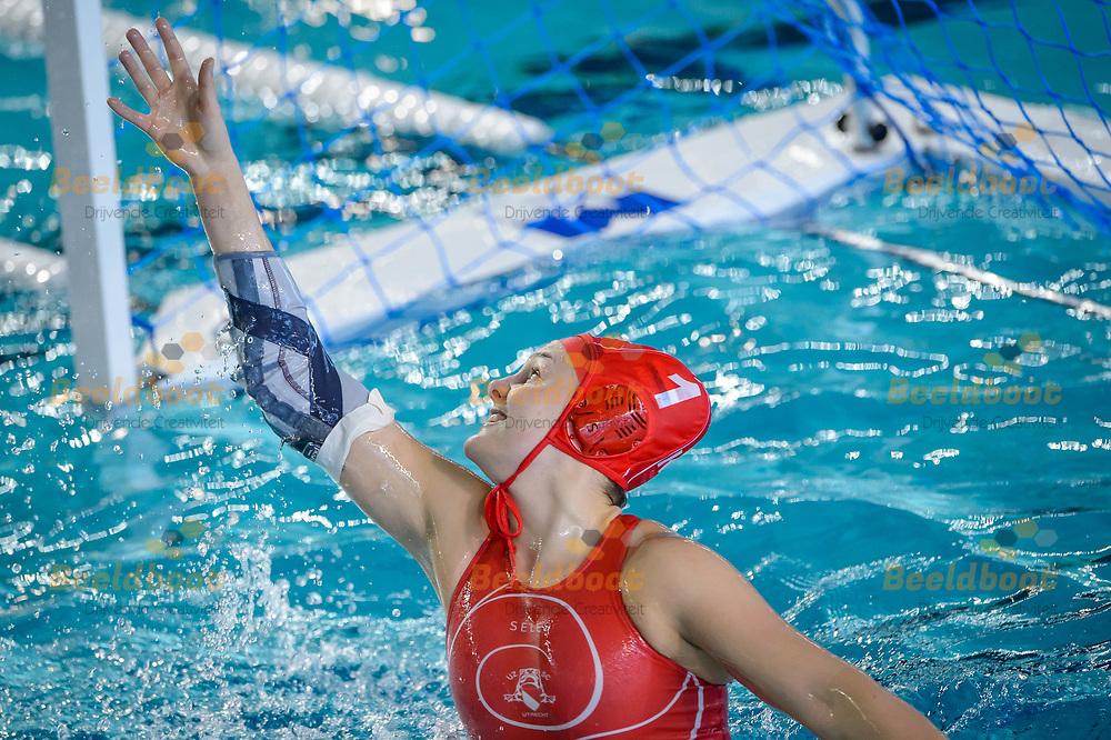 07-04-2018: Waterpolo: UZSC v Het Ravijn: Utrecht<br /> <br /> (L-R) Keepster Sarah Buis van UZSC tijdens het Eredivisie duel tussen UZSC  en Het Ravijn op 7 april in zwembad De Krommerijn in Utrecht<br /> <br /> Eredivisie dames - Seizoen 2017 / 2018 <br /> Kwart finale play-offs<br /> <br /> Foto: Gertjan Kooij