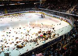 10.01.2020, Keine Sorgen Eisarena, Linz, AUT, EBEL, EHC Liwest Black Wings Linz vs HC TWK Innsbruck Die Haie, 38. Runde, im Bild Teddy Bear Toss nach 45 Sekunden in der Linzer Eishalle, Tormann Scott James Darling (HC TWK Innsbruck Die Haie) // during the Erste Bank Eishockey League 38th round match between EHC Liwest Black Wings Linz and HC TWK Innsbruck Die Haie at the Keine Sorgen Eisarena in Linz, Austria on 2020/01/10. EXPA Pictures © 2020, PhotoCredit: EXPA/ Reinhard Eisenbauer
