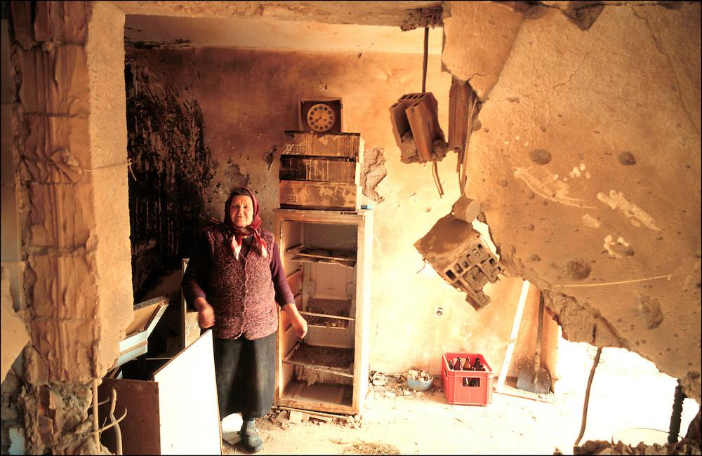 """11 APR 1999 - Krakoujevac (Serbia, Jugoslavia) - XXIV giorno di guerra - Casa bombardata """"per errore"""" dagli aerei NATO. Ufficialmente non ci sono stai morti, i vicini mostrano le macerie"""