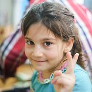 7-ročná Nur z Qaraqoshu žije so svojimi rodičmi, starými rodičmi a desiatkami bratrancov a sesterníc v utečeneckom tábore Mar Ellia v Erbile v irackom Kurdistane. Nur 7 mesiacov po úteku zo svojho rodného mesta ešte nechodila do školy. Žije spolu so svojou ďalšou sestrou a bratom a s rodičmi v maringotke na ploche 15 m2. Tento jej nový domov môže byť útočiskom ich rodiny aj na mnoho rokov.