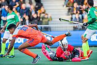 AMSTELVEEN -  Terrance Pieters (Ned)  stuit op keeper Mazhar Abbas (Pak)   tijdens de eerste Olympische kwalificatiewedstrijd hockey mannen ,  Nederland-Pakistan.  KNHB KOEN SUYK