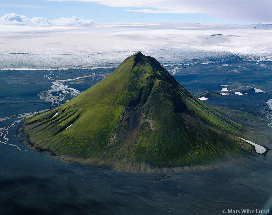 Mælifell, Mýrdalsjökull /  .Maelifell mountain on the sands at the foot of Myrdalsjokull gflacier.