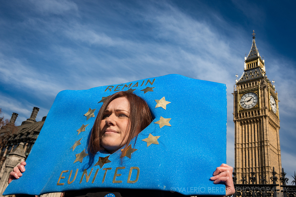 A woman demonstrate for UK to remain in the EU.<br />