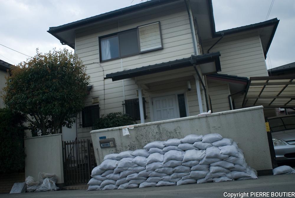 phenomene de liquefaction des sols dans la region de Chiba  dus  au Tsunami et au  seismes de magnitude 9. Les  sols meubles ont fait s'affaisser les maisons des quartiers residentiels