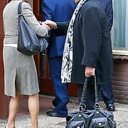 NLD/Blaricum/20110607 - Uitvaart Willem Duys, Thijs van Leer begroet Lisette Hordijk
