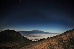 14-10-2008 REPORTAGE: BEKLIMMING MOUNT MERU: TANZANIA<br /> De eerste top Mount Meru is genomen / Kilimanjaro bij volle maan<br /> ©2008-WWW.FOTOHOOGENDOORN.NL