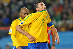 28.06.2010, Ellis Park Stadium, Johannesburg, RSA, FIFA WM 2010, Brazil (BRA) vs Chile.C (CHI), im Bild Lucio (Brasile).. EXPA Pictures © 2010, PhotoCredit: EXPA/ InsideFoto/ Giorgio Perottino +++ for Austria and Slovenia only +++ / SPORTIDA PHOTO AGENCY