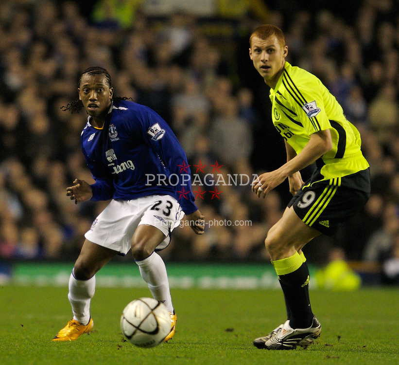LIVERPOOL, ENGLAND - Wednesday, January 23, 2008: Everton's Manuel Fernandes and Chelsea's Steve Sidwell during the League Cup Quarter-Final 2nd Leg match at Goodison Park. (Photo by David Rawcliffe/Propaganda)