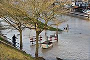 Nederland, Nijmegen, The Netherlands, 8-1-2018 Nijmegen maakt zich op voor hoogwater. Het stijgende water van de Rijn, Waal, is morgenavond op het hoogste peil. . Dagjesmensen en nieuwsgierigen komen al kijken en een aannemer heeft de coupures tussen de Waalkade en de stad afgesloten. Foto: Flip Franssen
