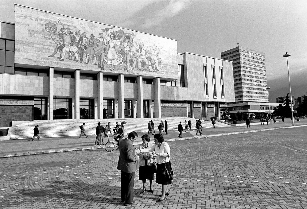 ALBANIA - Albanien - 1991 - Transition from communism to democracy; Street Scene - Skanderbeg Place in Tirana;  10/1991; © Christian Jungeblodt