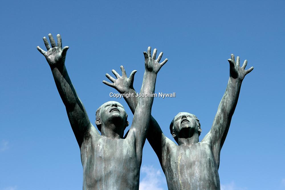 Oslo Norge 2006 07<br /> Vigelandsparken i Oslo<br /> Staty mot bl&aring; himmel<br /> <br /> ----<br /> FOTO : JOACHIM NYWALL KOD 0708840825_1<br /> COPYRIGHT JOACHIM NYWALL<br /> <br /> ***BETALBILD***<br /> Redovisas till <br /> NYWALL MEDIA AB<br /> Strandgatan 30<br /> 461 31 Trollh&auml;ttan<br /> Prislista enl BLF , om inget annat avtalas.