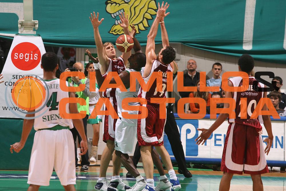 DESCRIZIONE : Siena Lega A1 2006-07 Montepaschi Siena Tdshop.it Livorno <br />GIOCATORE : Eze<br />SQUADRA : Montepaschi Siena<br />EVENTO : Campionato Lega A1 2006-2007 <br />GARA : Montepaschi Siena Tdshop.it Livorno <br />DATA : 11/11/2006 <br />CATEGORIA : Difesa<br />SPORT : Pallacanestro <br />AUTORE : Agenzia Ciamillo-Castoria/G.Ciamillo