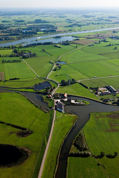 Nederland, Gelderland, Gemeente Heerde, 03-10-2010; Wapenveld, het gemaal Pouwel Bakhuis voert overtollig water van de Veluwe af naar de IJssel. Het stoomgemaal (met rood pannendak) is door een modern gemaal vervangen. .The pumping station Pouwel Bakhuis carries excess water away from the Veluwe to the river IJssel. The steam pumping station (with red tile roof) is replaced by a modern pumping station..luchtfoto (toeslag), aerial photo (additional fee required).foto/photo Siebe Swart