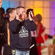 NLD/Hilversum/20110204 - 2e Liveshow Sterren Dansen op het IJs 2011, publieksopwarmer Ben Brand voert de polonaise aan van deelnemers