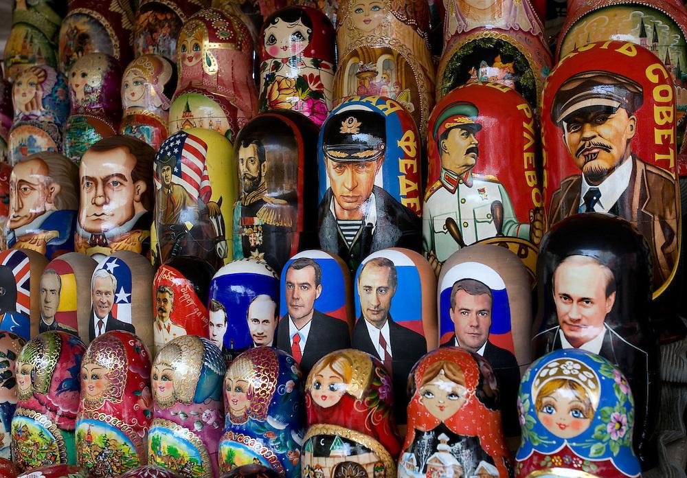 RUSSIA - Russland - MOSCOW, MOSKAU, Old Arbat; Souvenirs; Matrjoschka`s with Putin, Stalin, Lenin ecc.      © Christian Jungeblodt