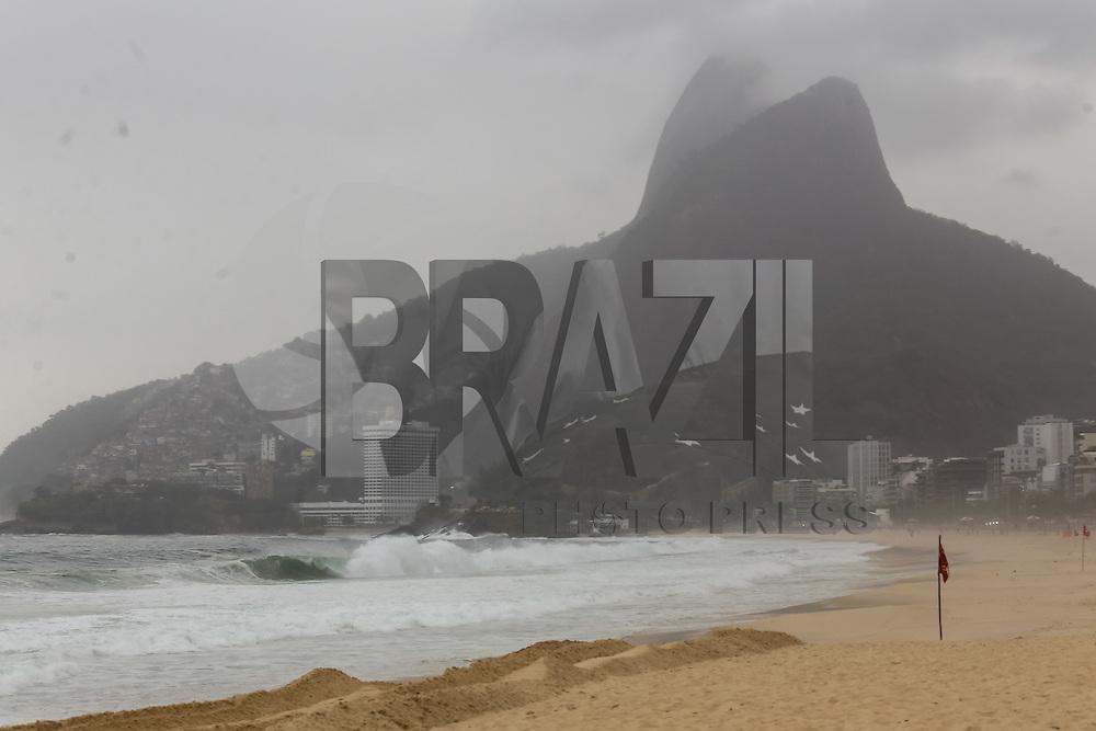 RIO DE JANEIRO, RJ, 25.08.2015 - CLIMA-RJ - Dia nublado e mar agitado na praia de Ipanema, zona sul da cidade do Rio de Janeiro, nesta terça-feira, 25. (Foto: Gustavo Serebrenick/Brazil Photo Press)