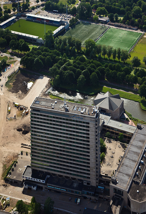 Nederland, Zuid-Holland, Rotterdam, 23-05-2011;.Brainpark: gebouwe en sportvelden van Erasmusuniversiteit . Het gebouw is met gekke dak in de aula..University bulildings of the Erasmus University. luchtfoto (toeslag), aerial photo (additional fee required).copyright foto/photo Siebe Swart
