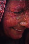 Rouge de plaisir<br /> <br /> Prise de vue argentique, tirage en digigraphie sur papier fine art, num&eacute;rot&eacute;e et sign&eacute;e par l&rsquo;artiste, avec certificat.<br /> 250 &euro; le 30x40 cm (15 exemplaires), 580 &euro; le 40x60 cm (10 exemplaires), 890 &euro; le 60x90 cm (3 exemplaires), 1500 &euro; le 80x120 cm (2 exemplaires)<br /> <br /> <br /> COLORED OLD WOMAN DURING HOLI FESTIVAL, VRINDAVAN, INDIA // VIEILLE FEMME COLOREE PENDANT LA FETE DE HOLI, VRINDAVAN, INDE